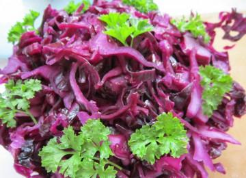 Витаминный салат из краснокочанной капусты