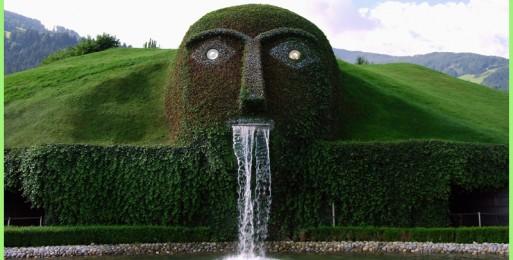 Фонтан Сваровски — огромная голова, охраняющая Хрустальные миры в Австрии