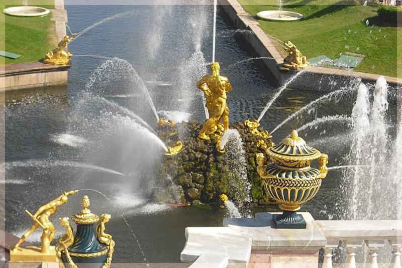 Золотой фонтан Самсон в Петергофе