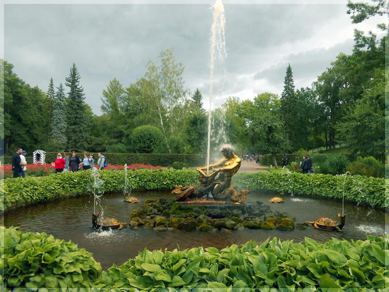 Величественный фонтан Тритон в Петергофе