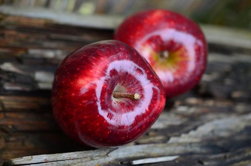 Красные яблоки на столе
