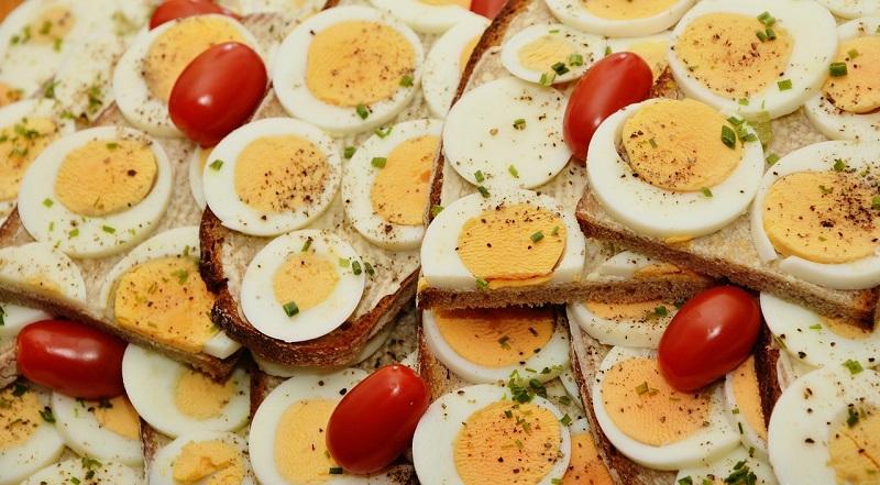 Вареные яйца с помидорами